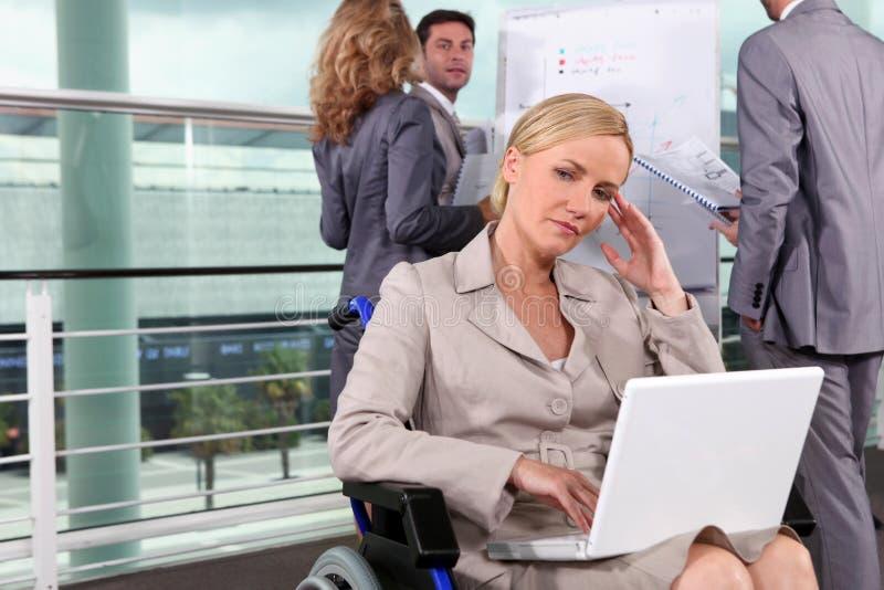 Vrouw die in rolstoel denkt stock fotografie