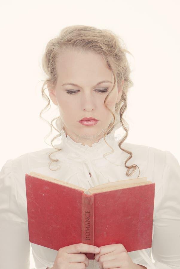 Vrouw die romantisch boek lezen stock foto's