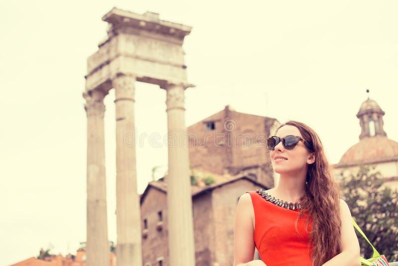 Vrouw die in Rome reizen stock fotografie