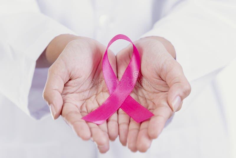 Vrouw die roze lint houden Symbool van de Voorlichting van Borstkanker stock foto's