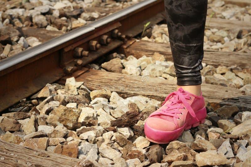 Vrouw die roze schoenen dragen bij station royalty-vrije stock foto