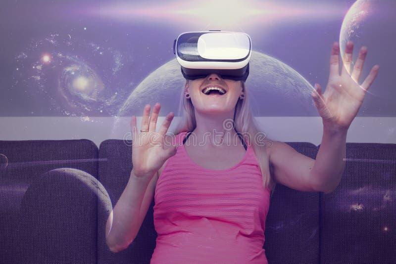 vrouw die in ruimte reizen die virtuele werkelijkheidsglazen gebruiken stock foto