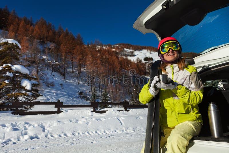 Vrouw die rust na het ski?en hebben en thee drinken stock afbeeldingen