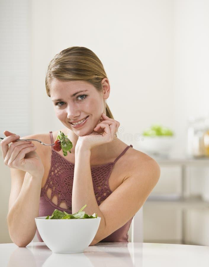 Vrouw die Salade eet royalty-vrije stock foto's