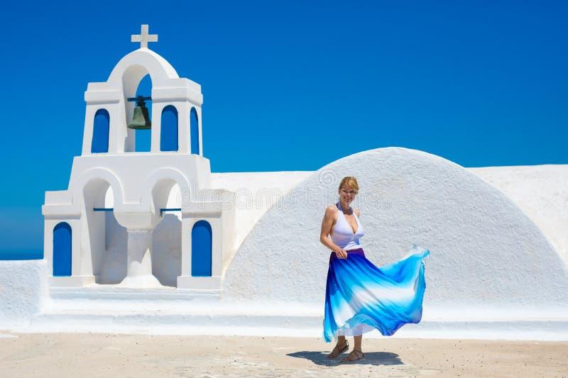 Vrouw die in Santorini-eiland, Griekenland dansen stock afbeelding