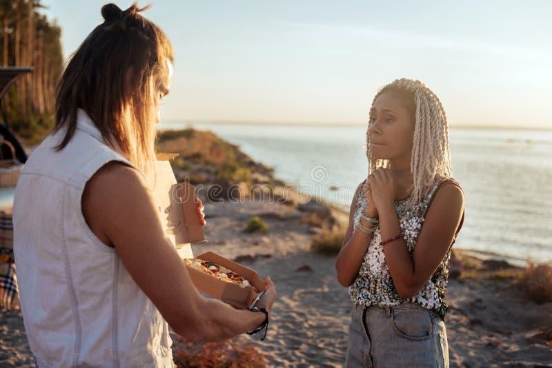 Vrouw die in scheuren barsten terwijl het luisteren aan verbazende liefdebekentenis stock afbeeldingen