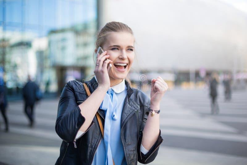 Vrouw die schitterend nieuws op de telefoon ontvangen royalty-vrije stock foto's