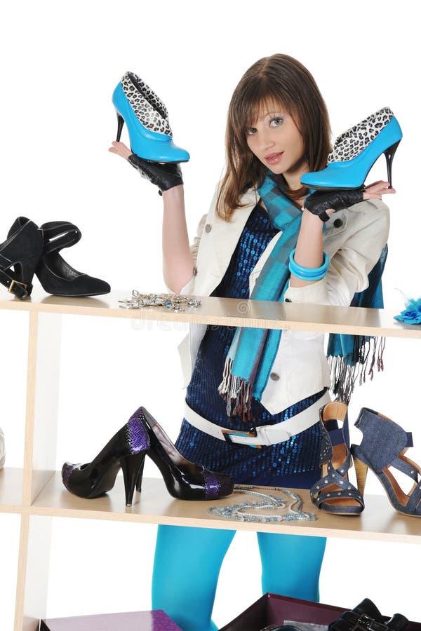 Vrouw die schoenen kiest bij een opslag stock afbeeldingen