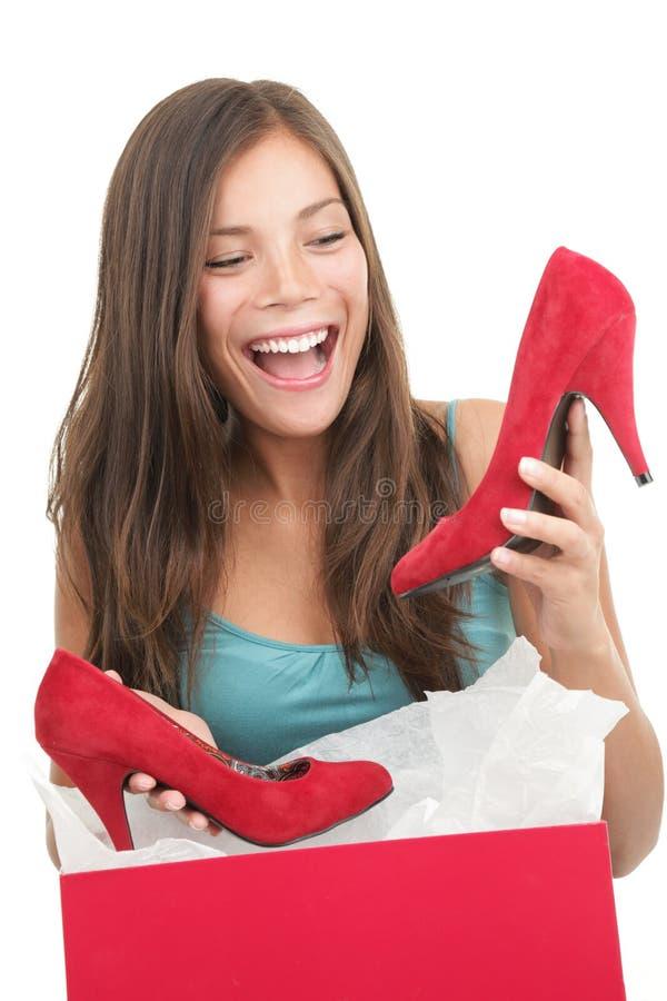 Vrouw die schoenen krijgt als gift royalty-vrije stock afbeelding
