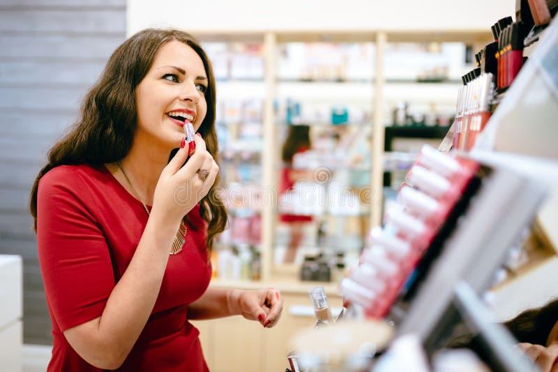 Vrouw die schoonheidsmiddelenproducten proberen royalty-vrije stock foto's