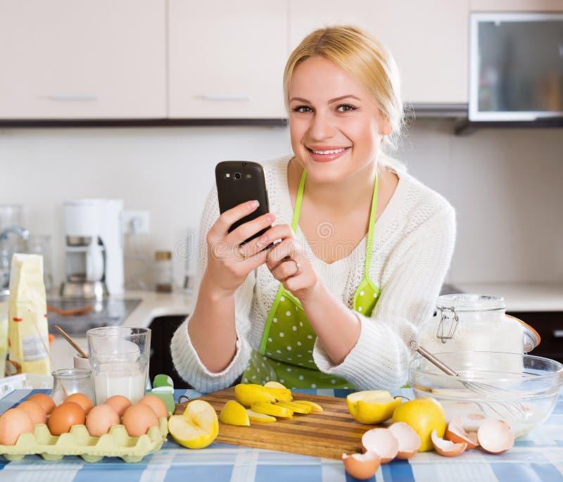 Vrouw die selfie bij keuken doen stock foto