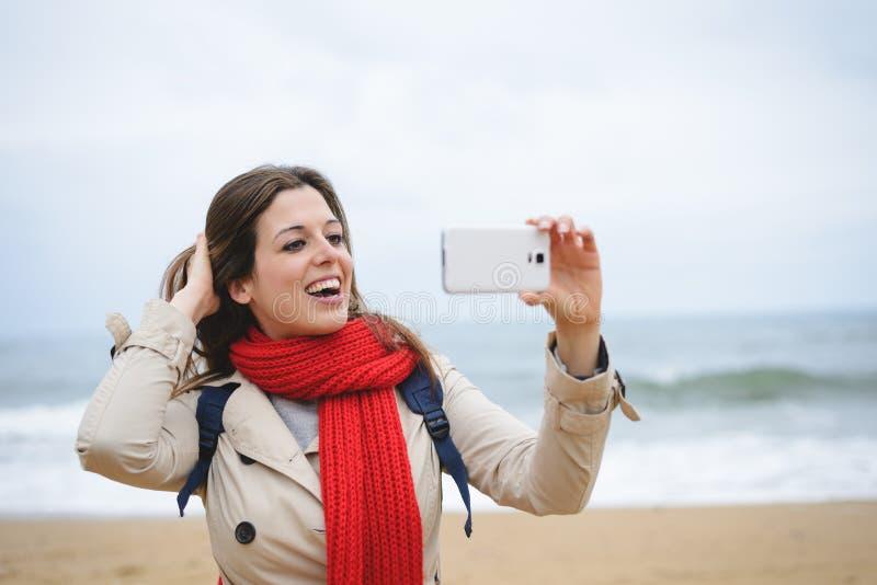 Vrouw die selfie foto met smartphone op de herfst nemen royalty-vrije stock afbeelding