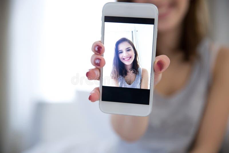 Vrouw die selfie foto op smartphone maken royalty-vrije stock afbeelding