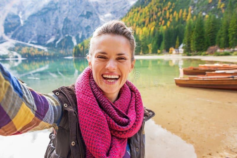 Vrouw die selfie op meer braies in Zuid-Tirol maken stock afbeelding