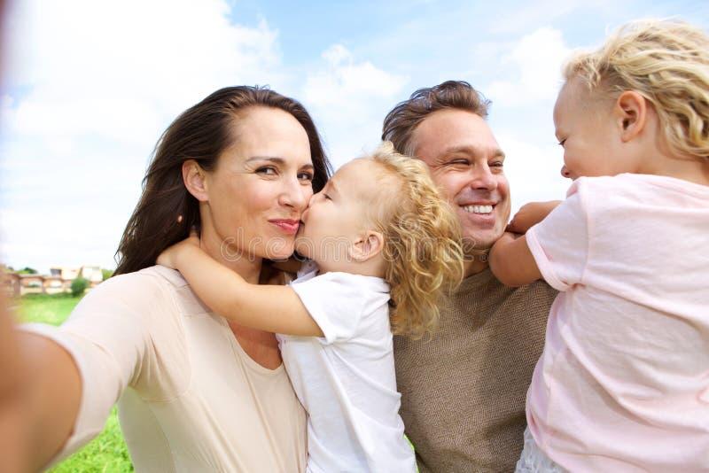 Vrouw die selfie van haar familie in openlucht spreken stock afbeeldingen