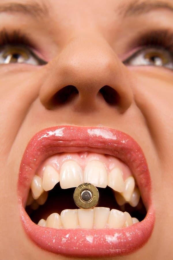 Vrouw die shell in haar lippen houdt royalty-vrije stock afbeelding