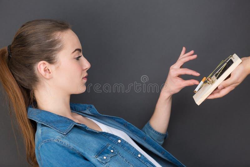 Vrouw die sigaret van val nemen royalty-vrije stock foto