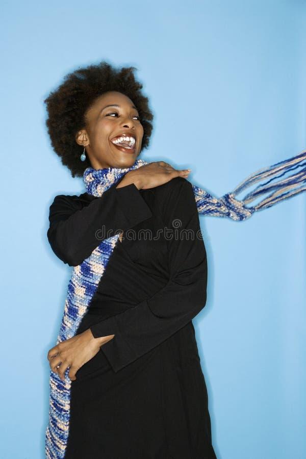 Vrouw die sjaal gooit royalty-vrije stock foto's