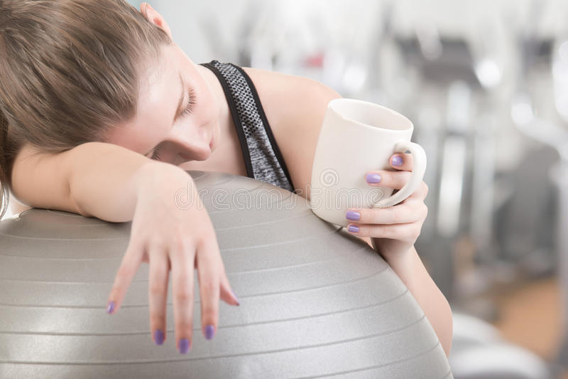 Vrouw die In slaap in de Gymnastiek vallen stock foto's