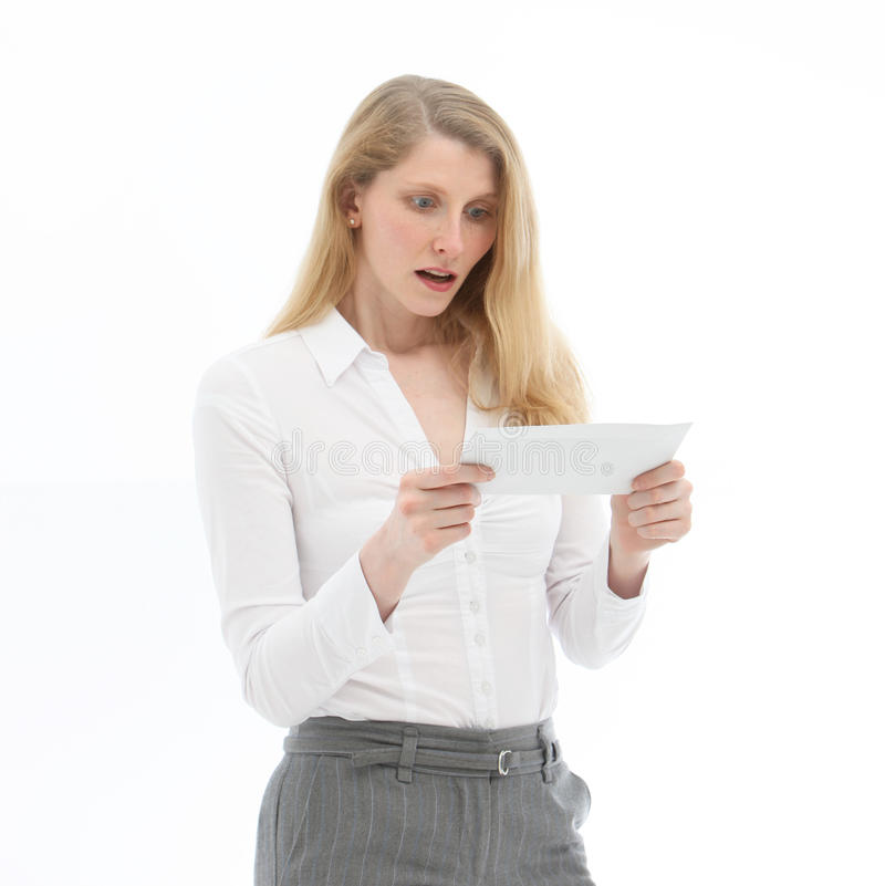 Vrouw die slecht nieuws leest royalty-vrije stock afbeelding