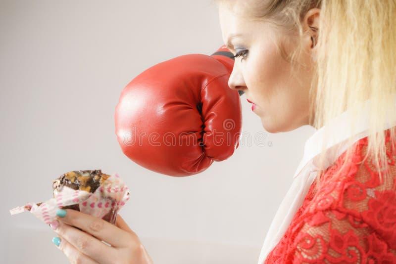 Vrouw die slecht voedsel afhouden, die chocoladecake in dozen doen stock fotografie