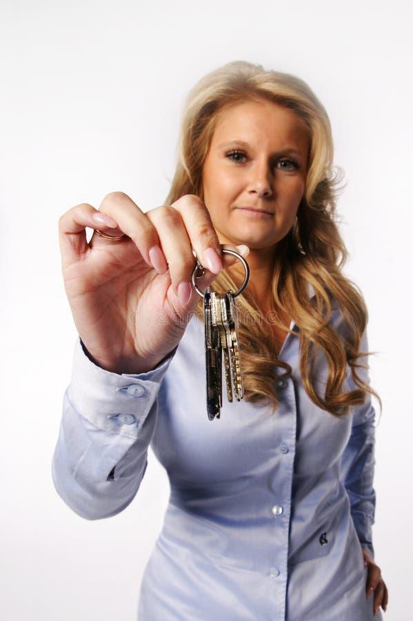 Vrouw die sleutels geven