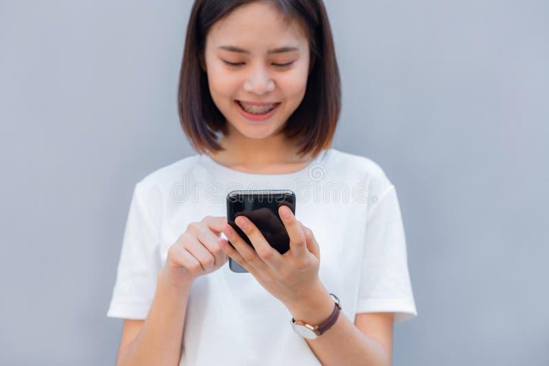 Vrouw die smartphone gebruiken, tijdens vrije tijd Het concept het gebruiken van de telefoon stock foto