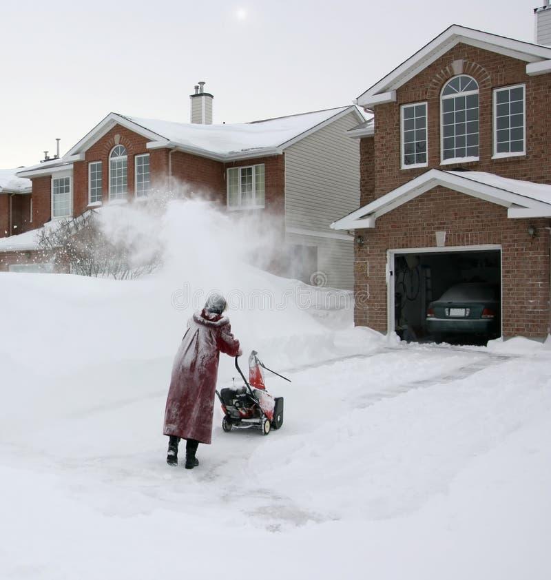 Vrouw die Sneeuwblazer met behulp van stock fotografie