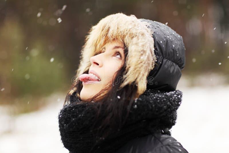 Vrouw die sneeuwvlokken eet royalty-vrije stock foto's