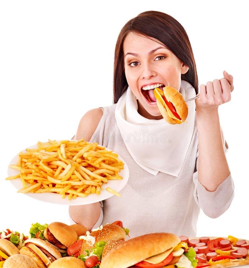 Vrouw die snel voedsel eet. stock foto's