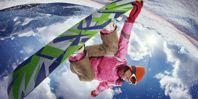 Vrouw die snowboarder springen stock foto