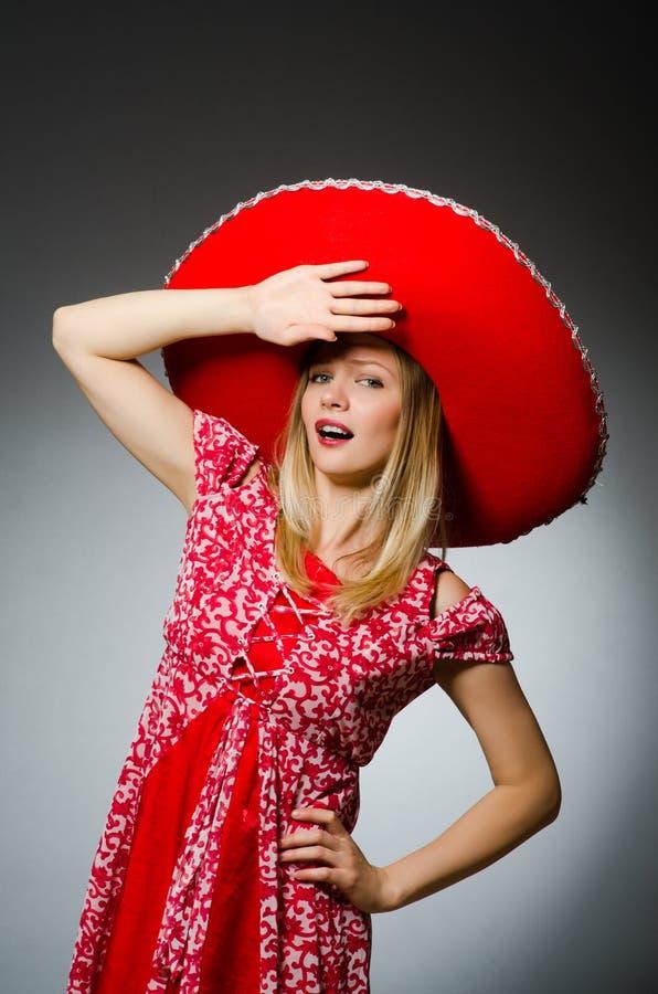 Vrouw die sombrerohoed i dragen stock foto's