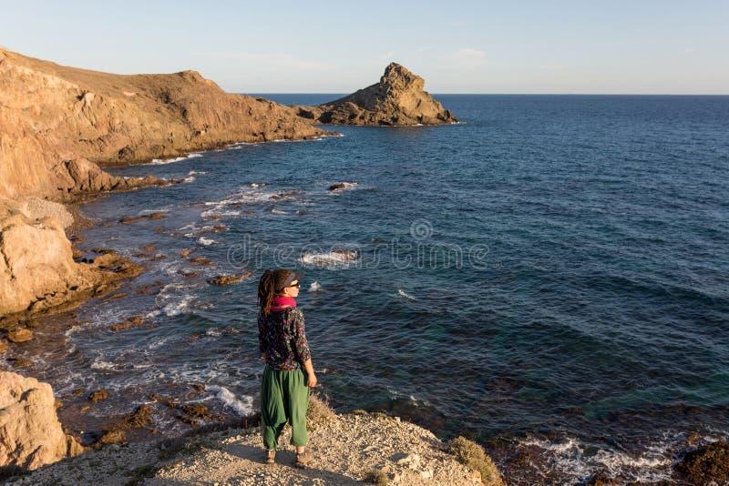 Vrouw die Spaanse kustlijn onderzoeken stock foto