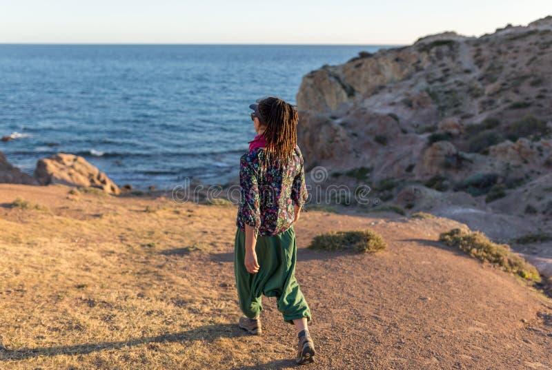 Vrouw die Spaanse kustlijn onderzoeken stock fotografie