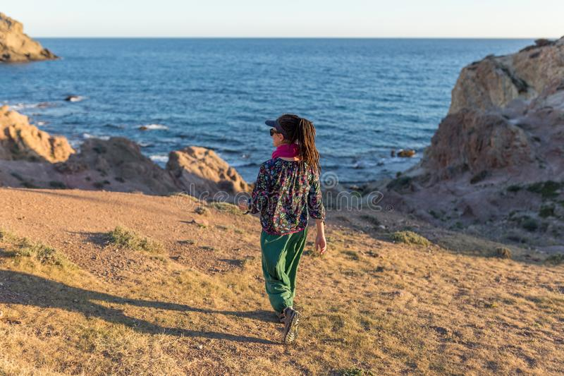 Vrouw die Spaanse kustlijn onderzoeken royalty-vrije stock afbeelding