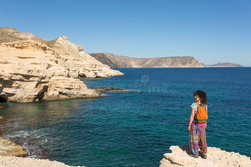 Vrouw die Spaanse kustlijn onderzoeken stock afbeeldingen
