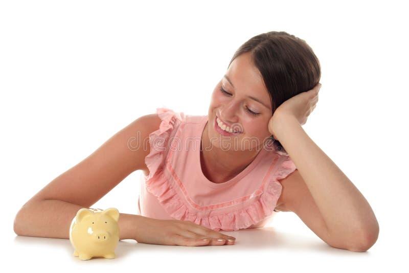 Vrouw die Spaarvarken bekijkt stock foto's