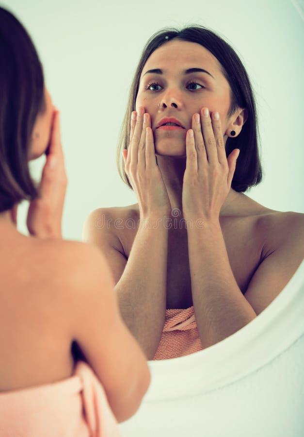 Vrouw die spiegel gebruiken royalty-vrije stock afbeeldingen
