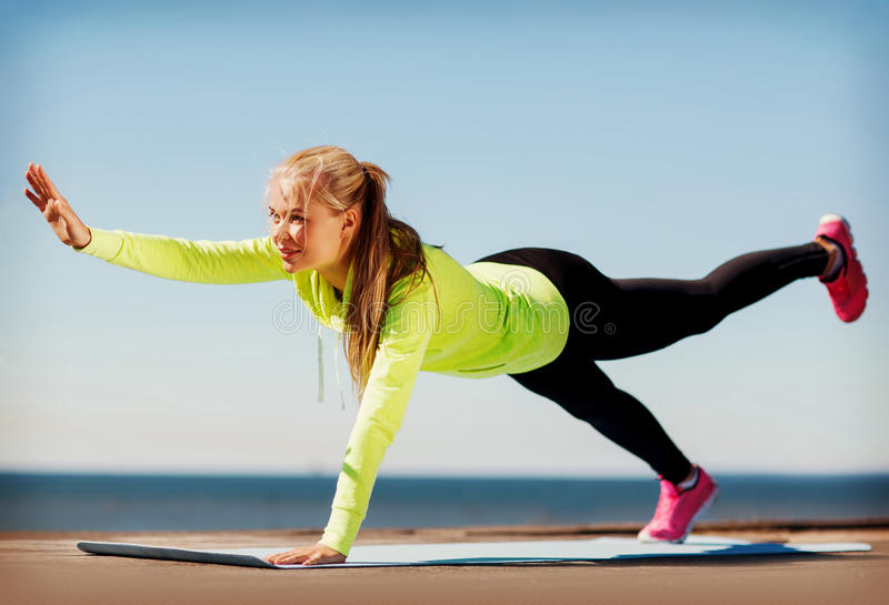 Vrouw die sporten in openlucht doen stock afbeelding