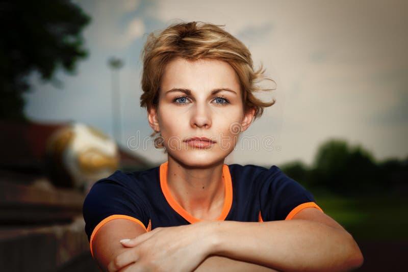 Vrouw die in sportkleding camera bekijken - openluchtportret stock afbeeldingen