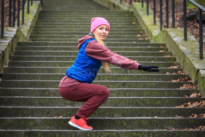 Vrouw die sportkleding dragen die buiten tijdens de herfst uitoefenen stock fotografie