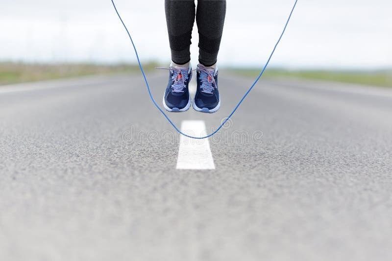 Vrouw die sprong het roping op een sportterrein doen stock afbeelding