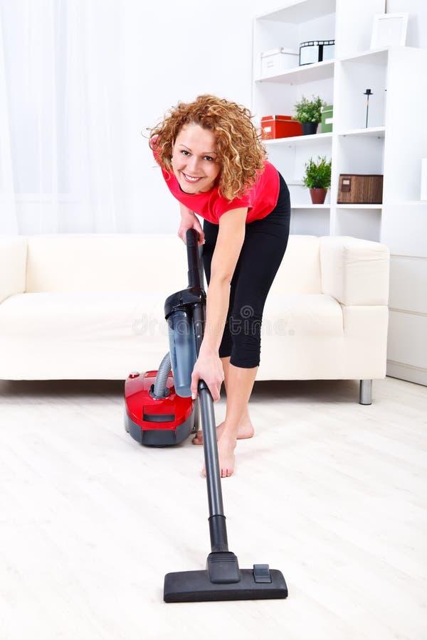Vrouw die stofzuiger met behulp van stock foto's