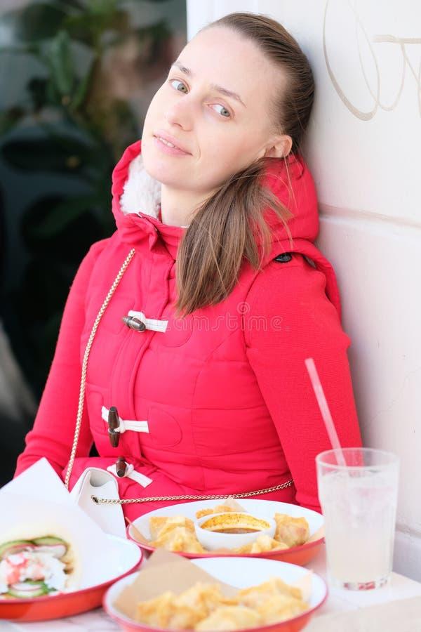 Vrouw die straatzeevruchten eten royalty-vrije stock foto