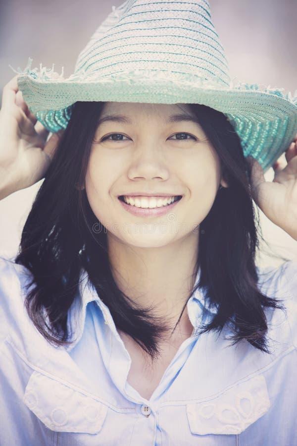 Vrouw die strohoed toothy het glimlachen emotie van het gezichtsgeluk dragen stock foto's