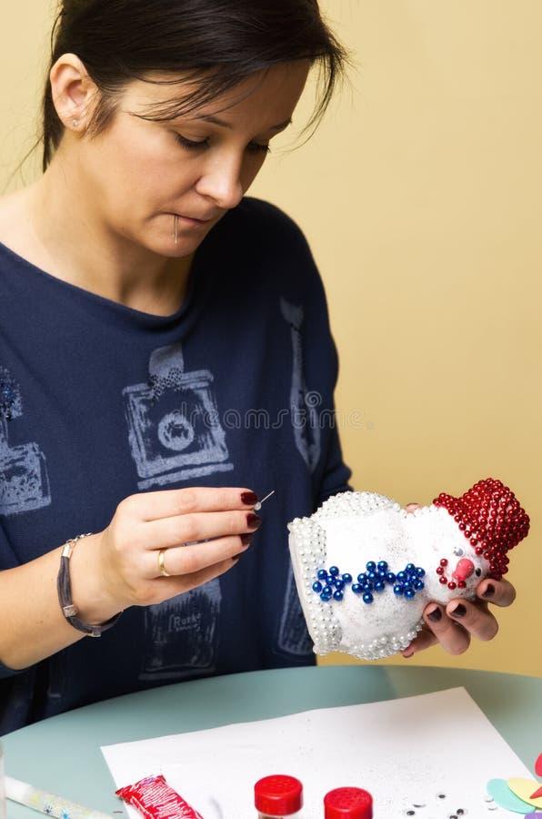 Vrouw die stuk speelgoed sneeuwman maken stock afbeelding
