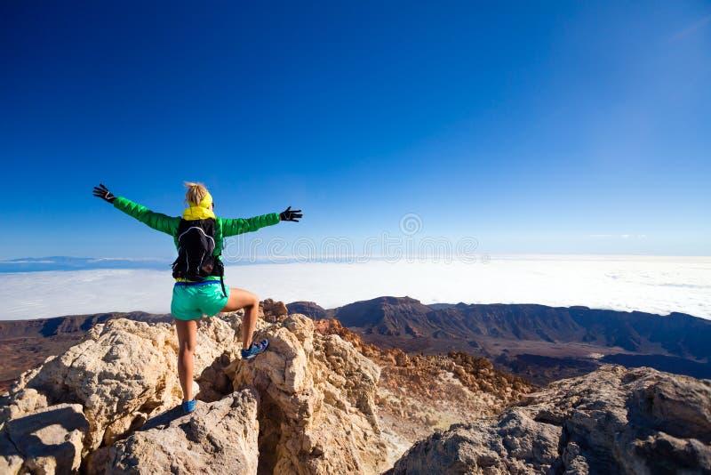 Vrouw die succes in bergbovenkant beklimmen royalty-vrije stock foto