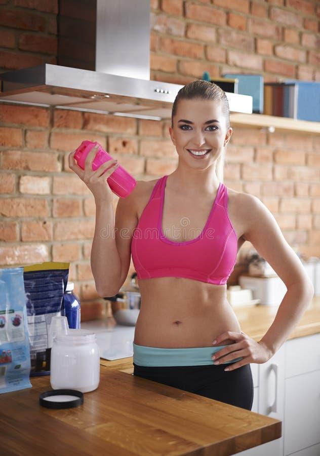 Vrouw die supplementen voorbereiden stock foto's