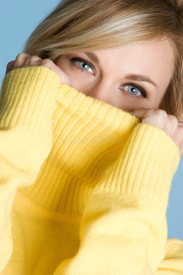 Vrouw die Sweater draagt royalty-vrije stock afbeelding