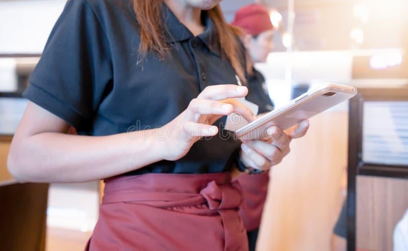 Vrouw die tabletten gebruiken om orden te ontvangen royalty-vrije stock foto